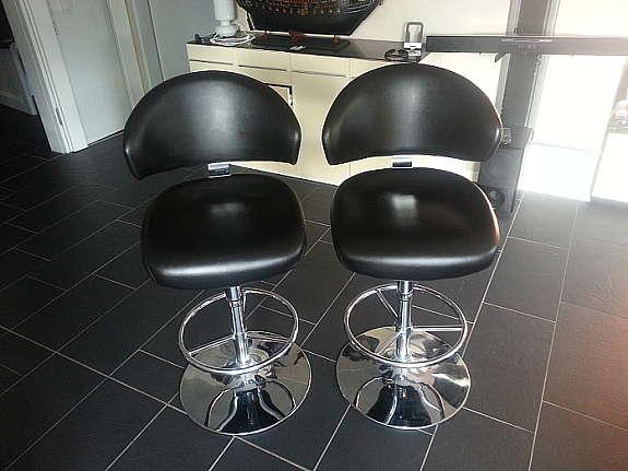 2 Elegante Barhocker Im Modernen Design Im Sehr Guten Zustand. Durchmesser  Fuß: Ca. 38,5 Cm. Sitz: B/H/T Ca. 57/70 82/54 Cm. Höhe Ges.: Ca. 108,5    120,5 Cm