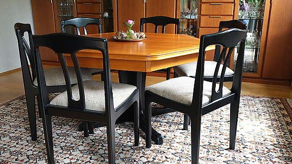 achteckiger esstisch mit acht stuhlen