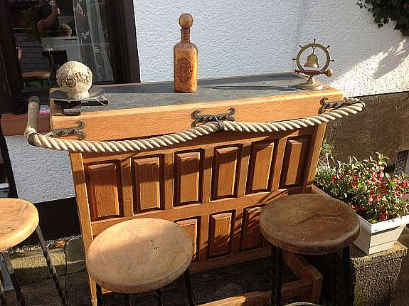 Rustikale Bar rustikale bar mit eingelassener granitplatte 3 barhocker mit